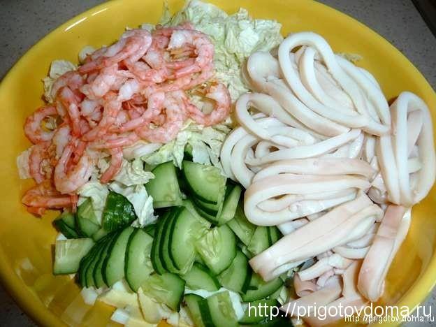 салат с креветками и кальмарами и
