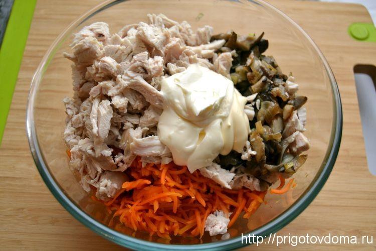 Салат курица с грибами и с корейской морковкой