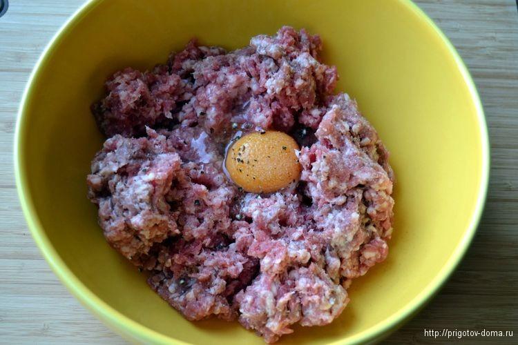 Добавляем в фарш яйцо, солим и перчим