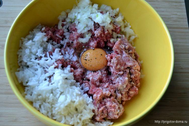 Добавляем к фаршу рис и лук