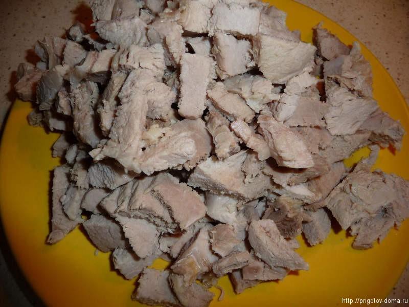 отвариваем и нарезаем мясо для борща