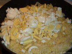 в капусту добавляем яйца