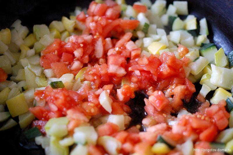добавляем помидоры к кабачкам