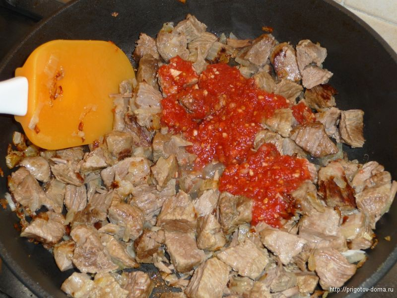 добавляем в мясо томаты