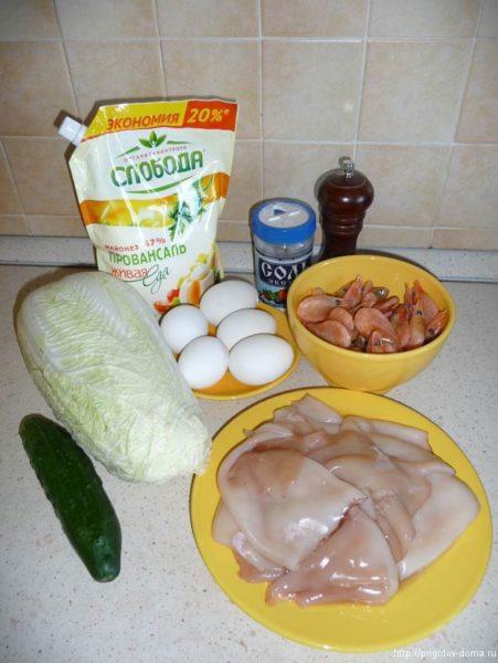 Ингредиенты для салата из креветок и кальмаров