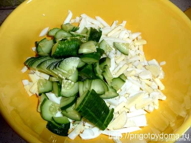 Нарезаем огурец и добавляем к яйцам в салатник