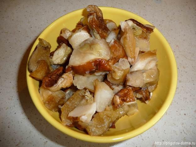нарезаем и отвариваем грибы