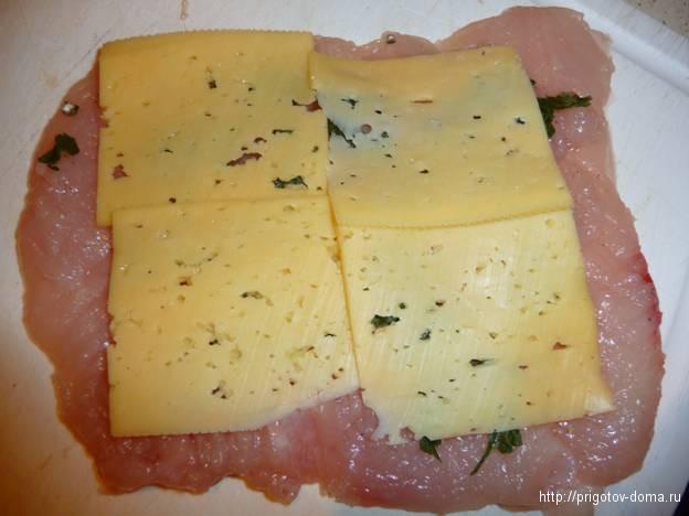 на куриное филе выкладываем сыр