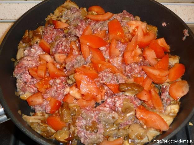 добавляем помидоры и специи