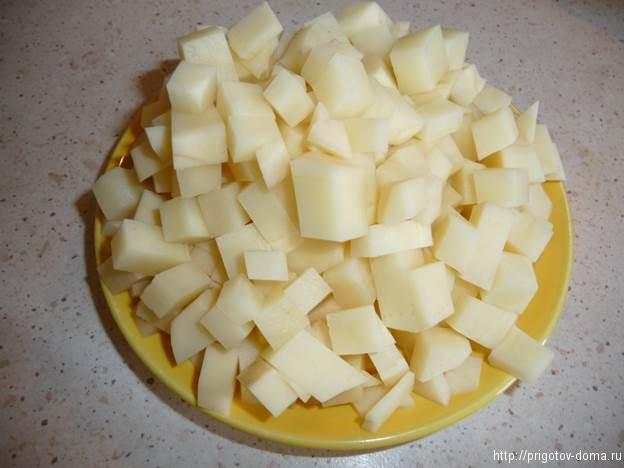 чистим картофель и добавляем в суп