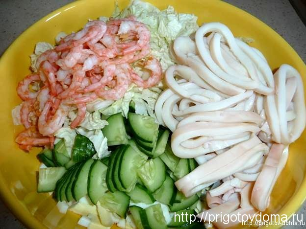 Добавляем в салат очищенные креветки