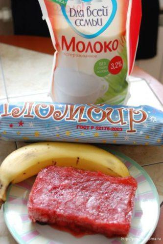 Ингредиенты для клубнично-бананового коктейля