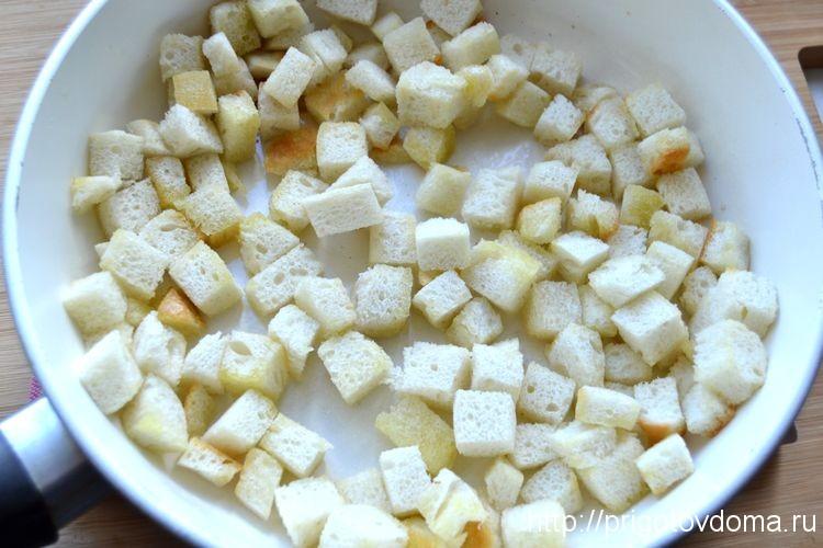 обжариваем сухарики из белого хлеба