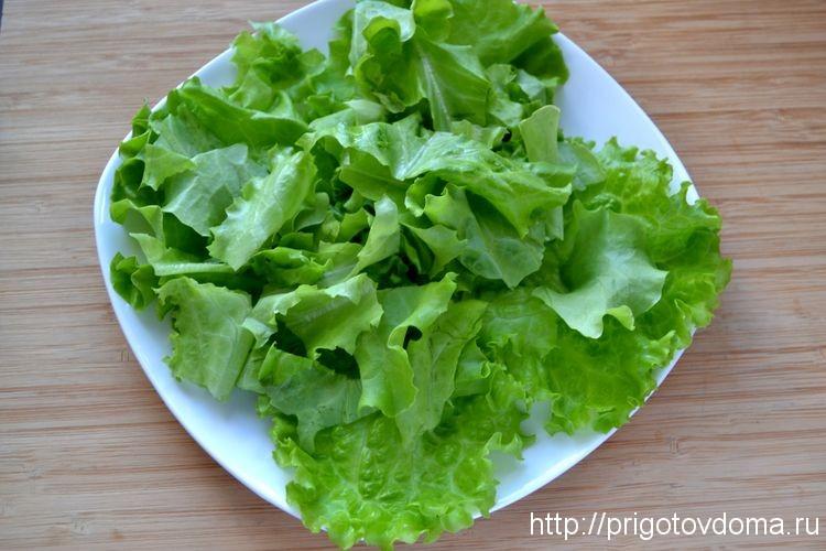 кладем листья салата на тарелку