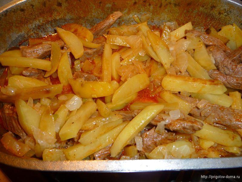 добавляем к мясу картофель и лук ,тушим 15 минут