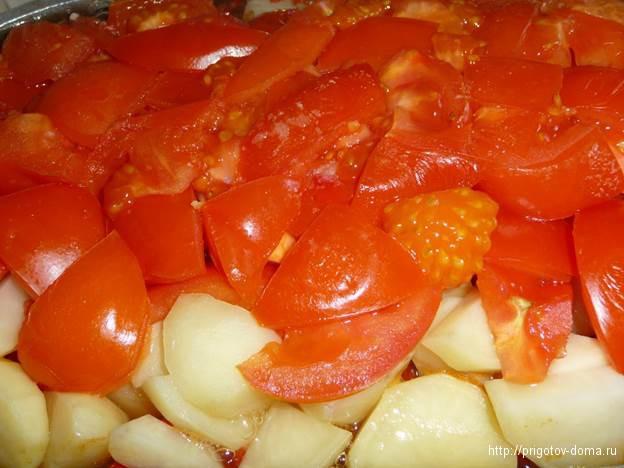 выкладываем картофель и помидоры
