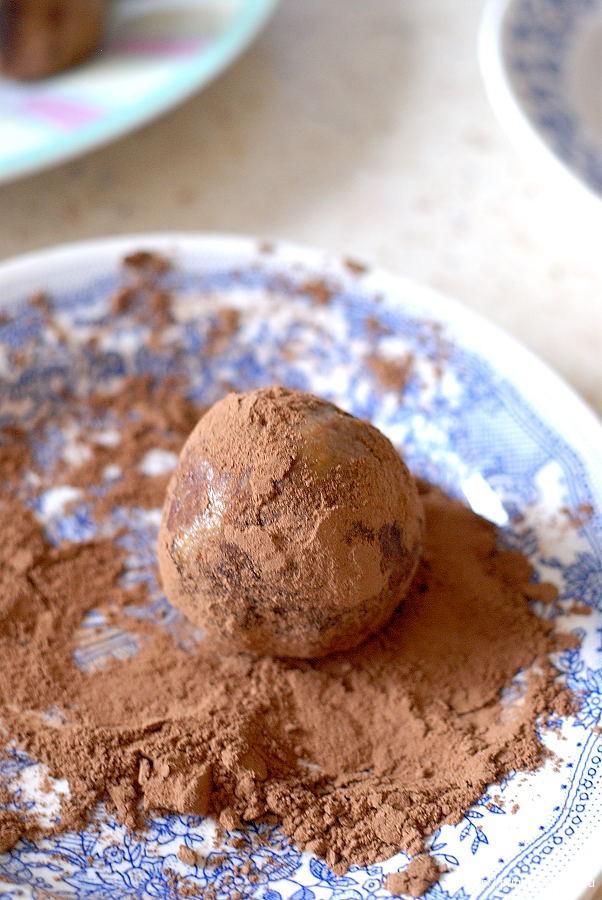 посыпаем пирожные какао порошком