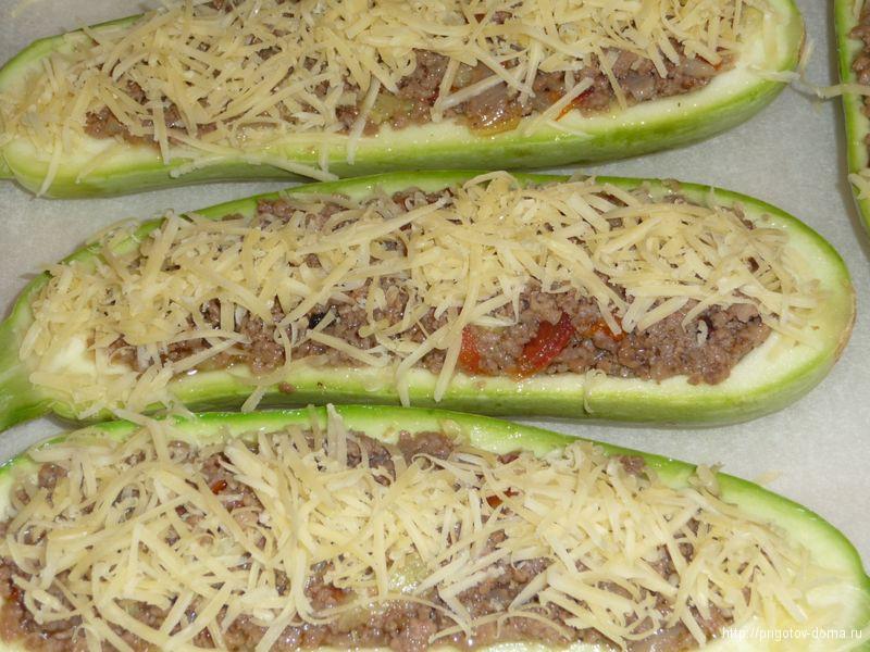 фаршированные кабачки посыпаем тертым сыром
