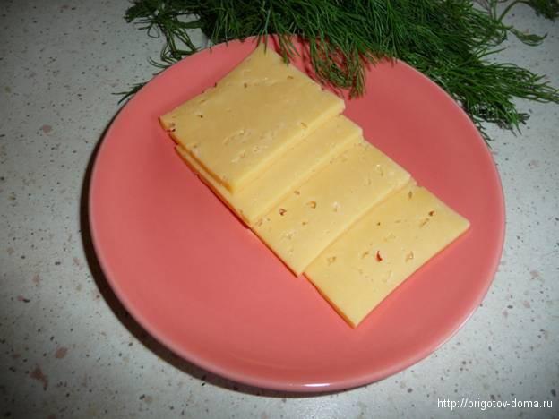 нарезать на кусочки  сыр твердых сортов