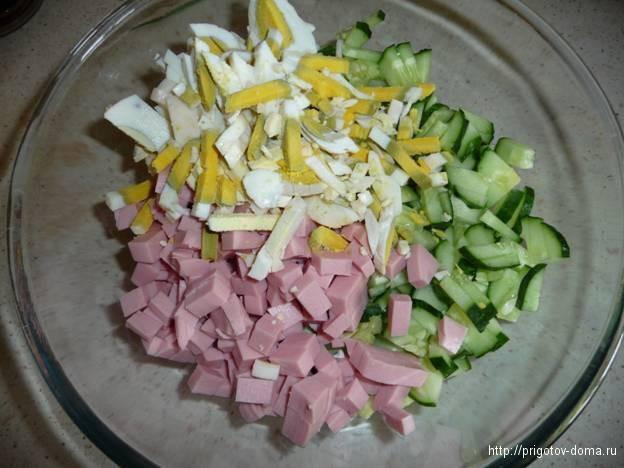 мелко нарезаем яйца для окрошки