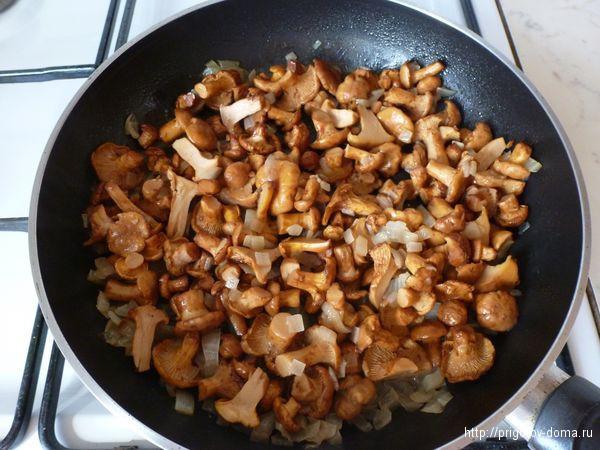Грибы с луком перемешиваем и жарим до готовности