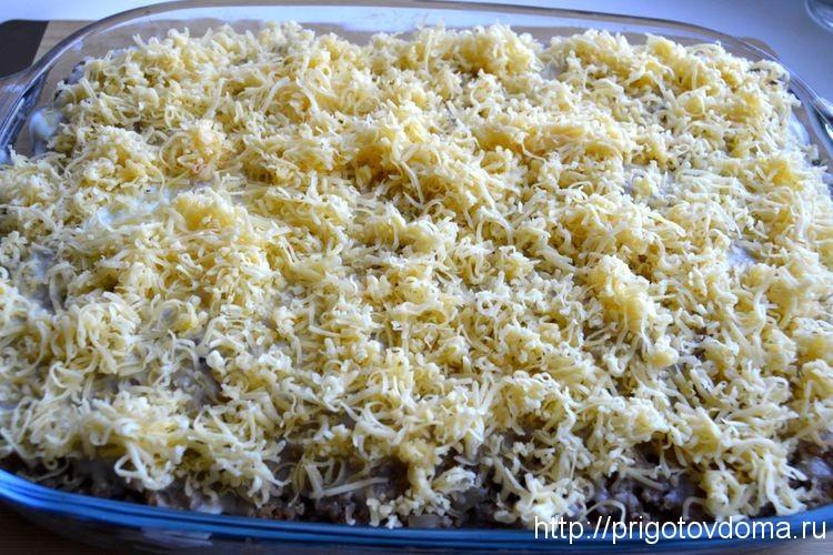 посыпаем лазанью слоем сыра