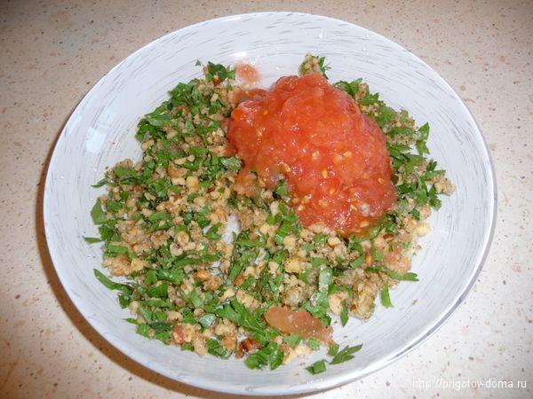 выкладываем все ингридиенты в глубокую посуду и натираем помидор
