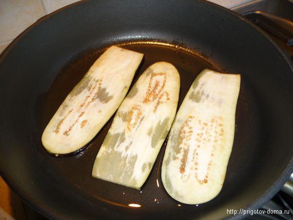 обжариваем баклажаны с двух сторон
