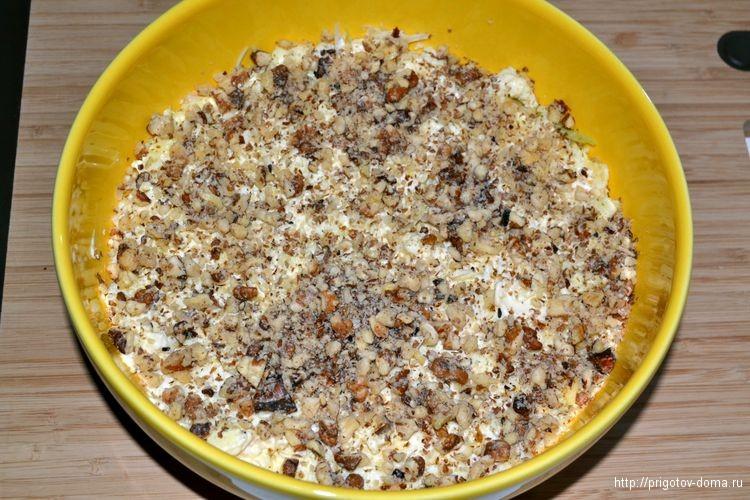 посыпаем салат грецкими орехами