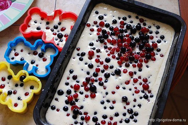 Добавляем ягоды смородины в тесто и ставим в духовку