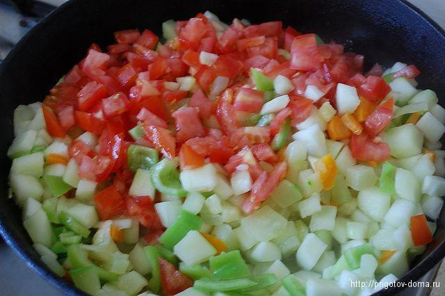 в кабачки добавим лук, помидор и перец