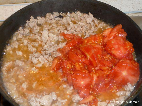 Добавляем к фаршу мякоть помидора, соль и перец