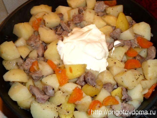 добавляем в жаркое из свинины сметану