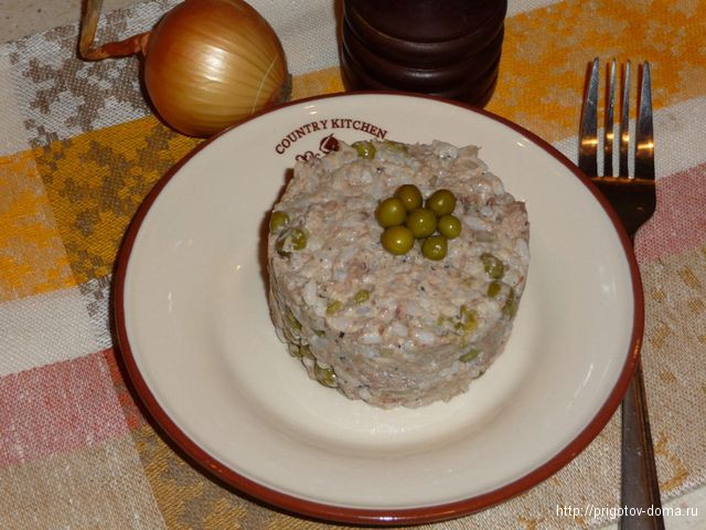 простой салат из рыбной консервы и риса