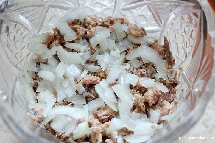 рыбу выкладываем в салатник на рис