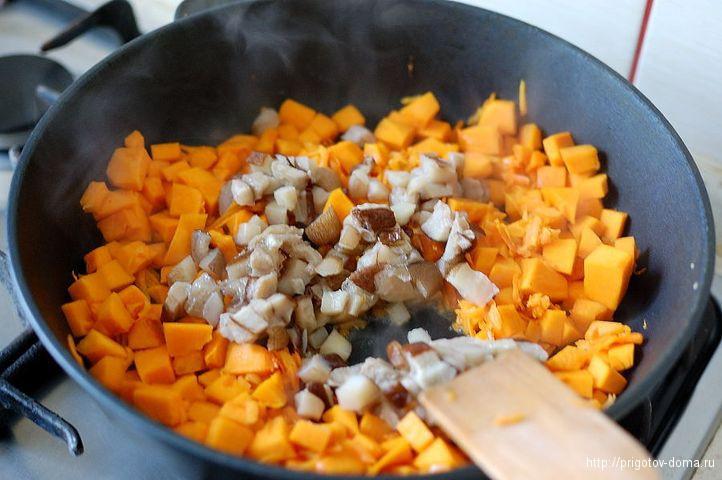 к тыкве и моркови добавляем грибы