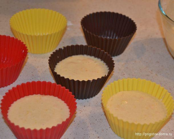 заливаем тесто в силиконовые формочки