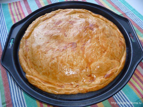 пирог с луком и яйцом получается золотистого цвета