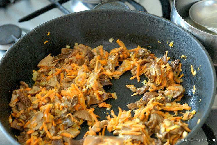 грибы обжариваем с овощами