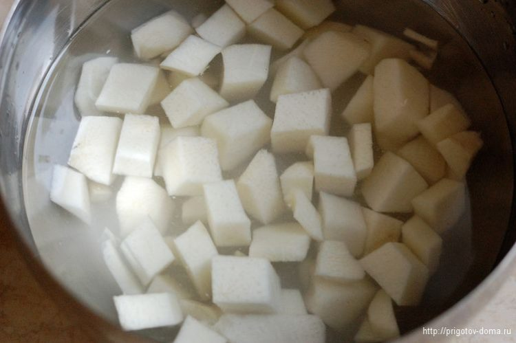Очищаем редьку, солим и заливаем холодной водой