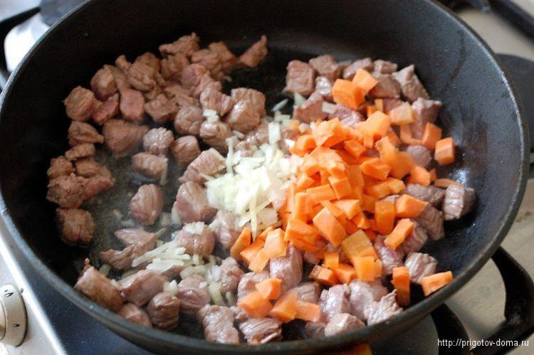 Лук с морковью добавляем к мясу