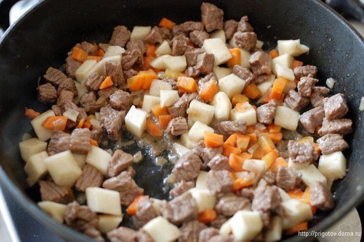 Добавляем промытую редьку к мясу и овощам