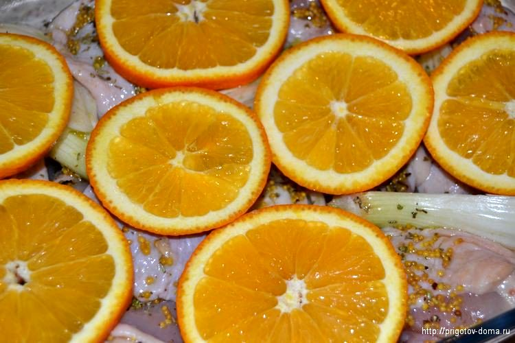 нарезаем апельсины и выкладываем на курицу