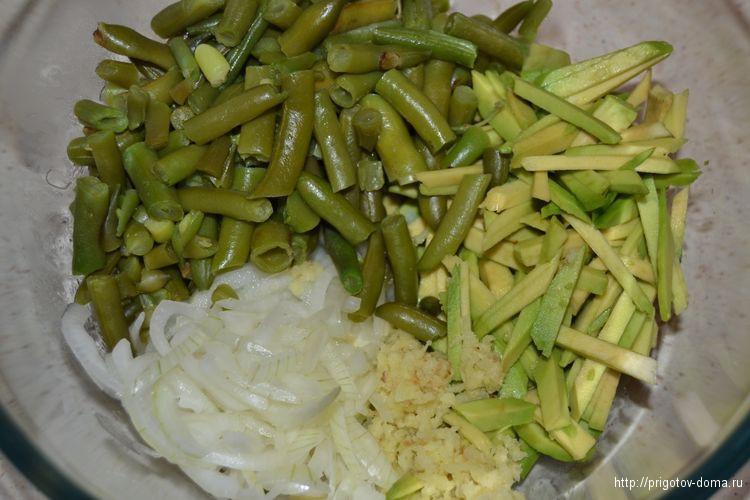 все выкладываем в салатник и заправляем соевым соусом