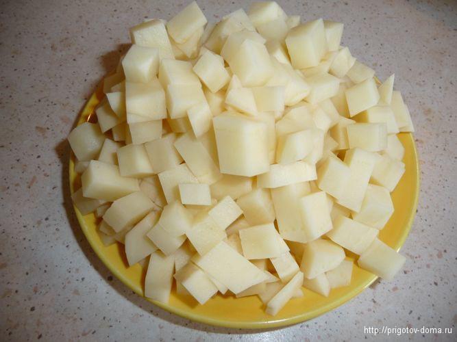 нарезаем картофель и кидаем в бульон