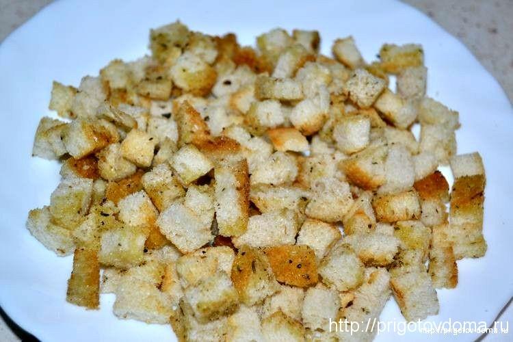 обжариваем пшеничные сухарики