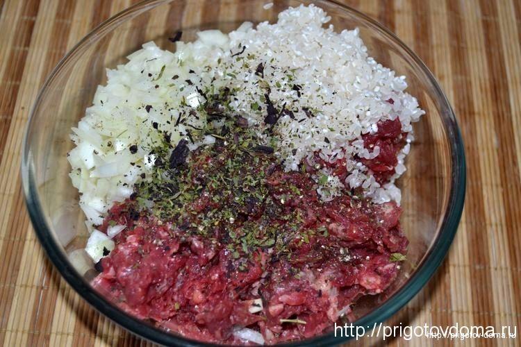 рис, специи и зелень смешиваем с фаршем
