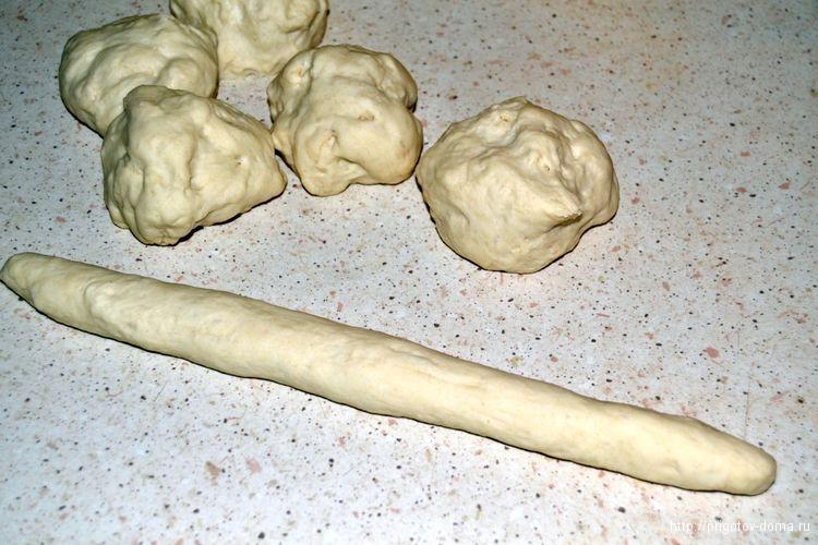 делим на части тесто и раскатываем