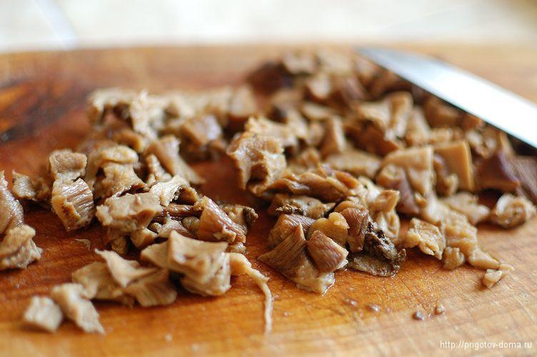 мелко нарезать вареные грибы