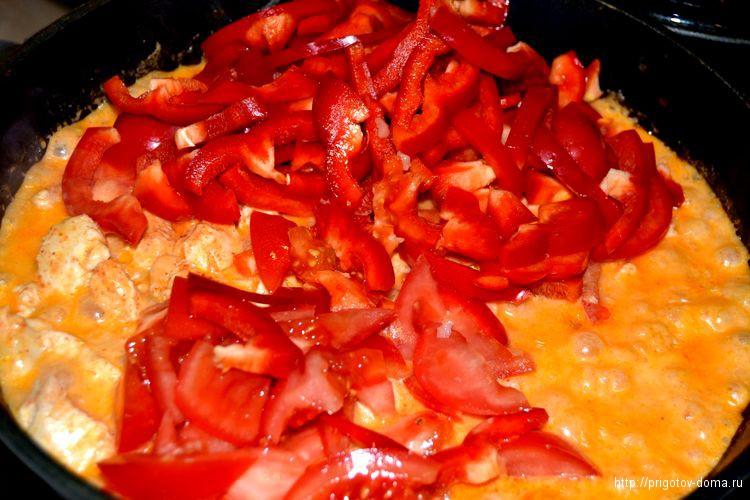 добавляем в паприкаш перец и помидоры